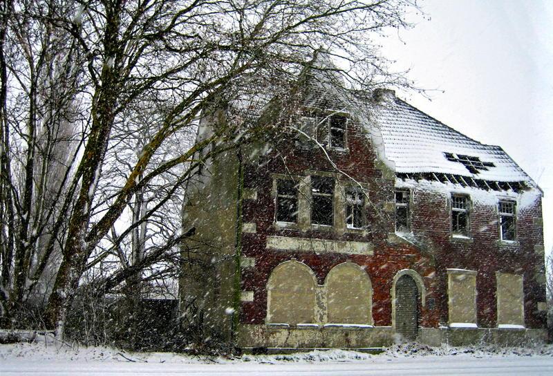 altes haus im schnee