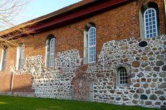 Altes Mauerwerk an der Kirche in Assel