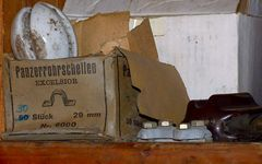 Altes Porzellan-Isolierei im Lager meiner Schaltstation.