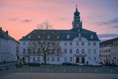 Altes Rathaus am Schlossplatz in Saarbrücken im Sonnenuntergang