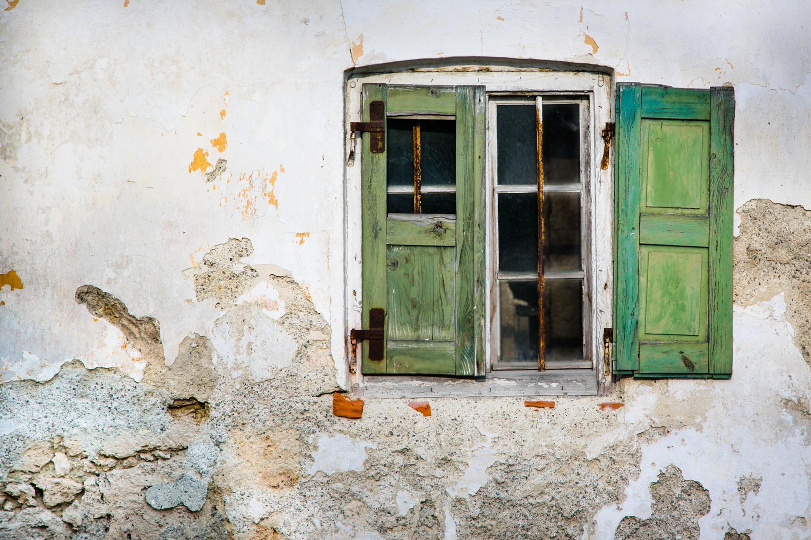 altes verfallenes fenster mit fensterl den und abgebr ckelter fassade eines alten bauernhaus. Black Bedroom Furniture Sets. Home Design Ideas