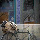 Altpapier vor der Moschee