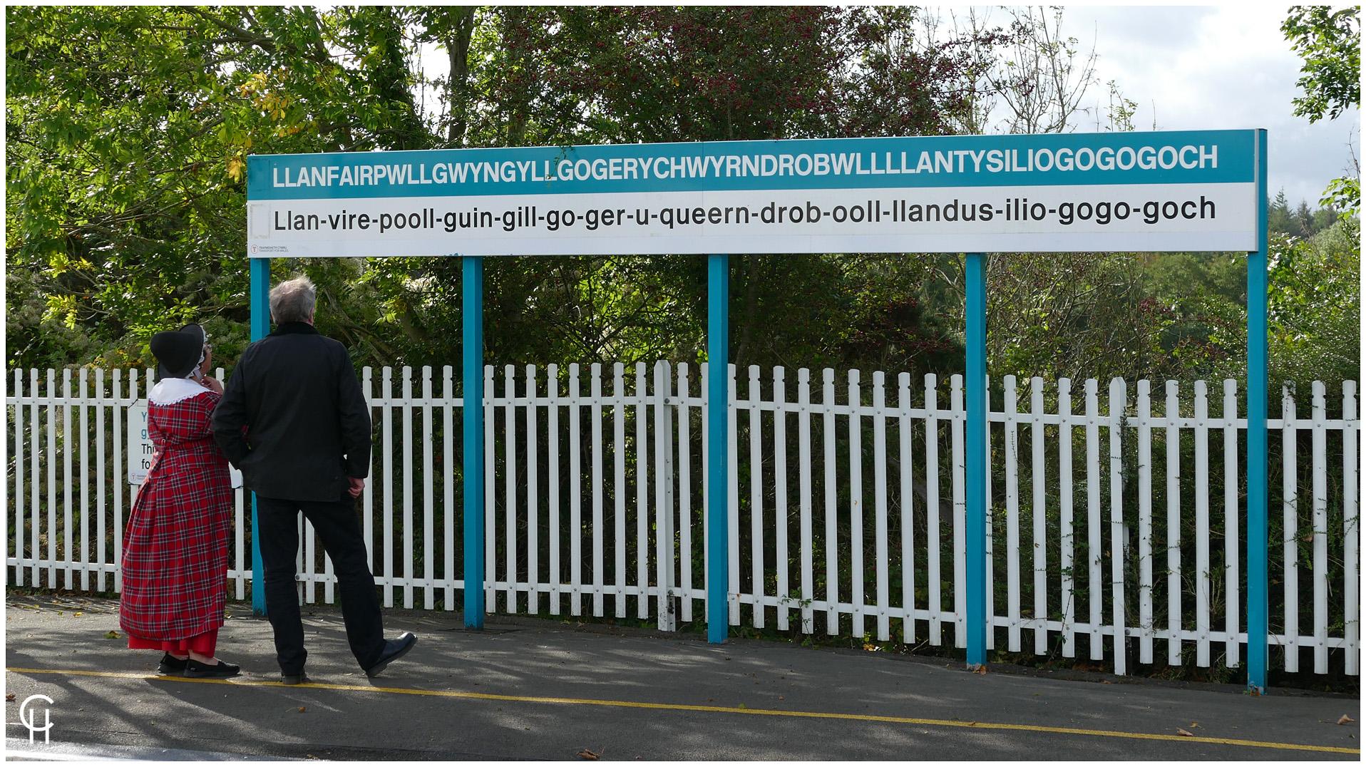 Am Bahnhof von Llanfairpwllgwyngyllgogerychwyrndrobwllllantysiliogogogoch