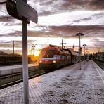 Am Bahnsteig kurz vor Sonnenuntergang