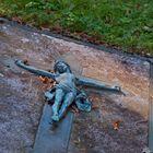Am Boden, am Kreuz