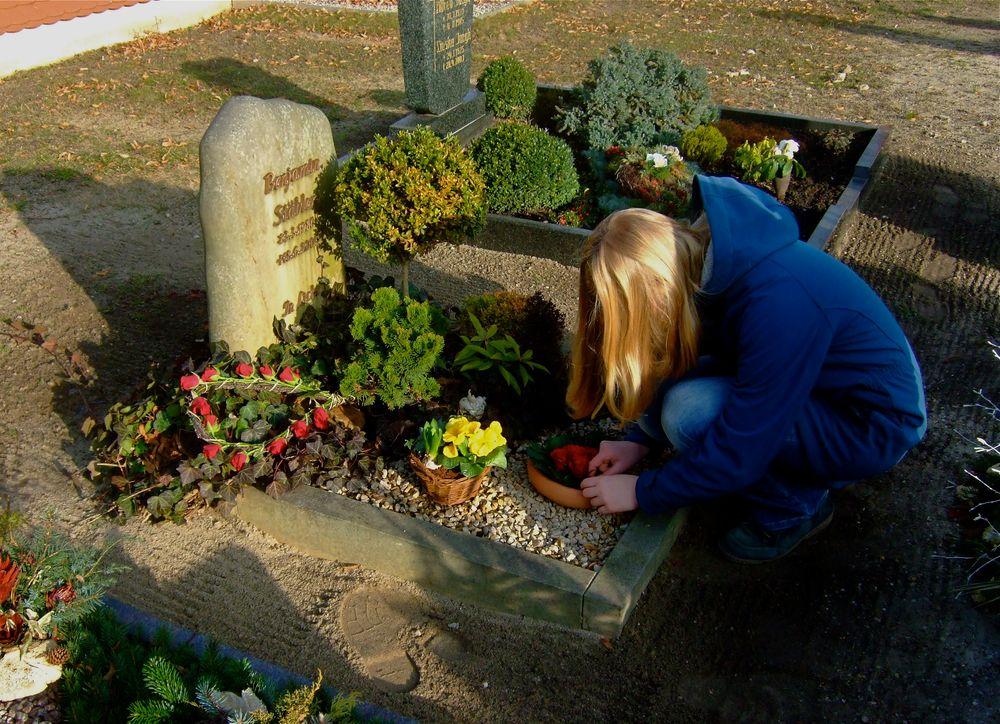 °°° Am eigenen Geburtstag das Grab Papas zu dessen bevorstehendem Geburtstag schmücken °°°