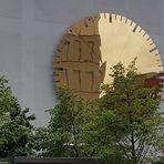Am Eingangsbereich des Campus Charité Mitte...