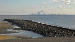 Am Ende des Deckwerks auf Borkum mit Blick auf den Leitdamm der Fischerbalje und Eemshaven (NL)