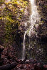 Am Fuße des Burgbach Wasserfalls