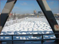 Am Gleisdreieck, Licht und Schatten 2 - Blick zum Potsdamer Platz / Sandhaufen unter Schneedecke