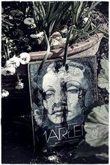 Am Grab von MARLENE