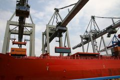 Am Kontainerteminal im Hafen Hamburg