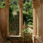 Am Kreuzgang des Miramar Klosters bei Valldemossa, Mallorca