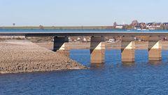Am Möhnestausee: die Fundamente der Delecker Brücke liegen ziemlich frei.