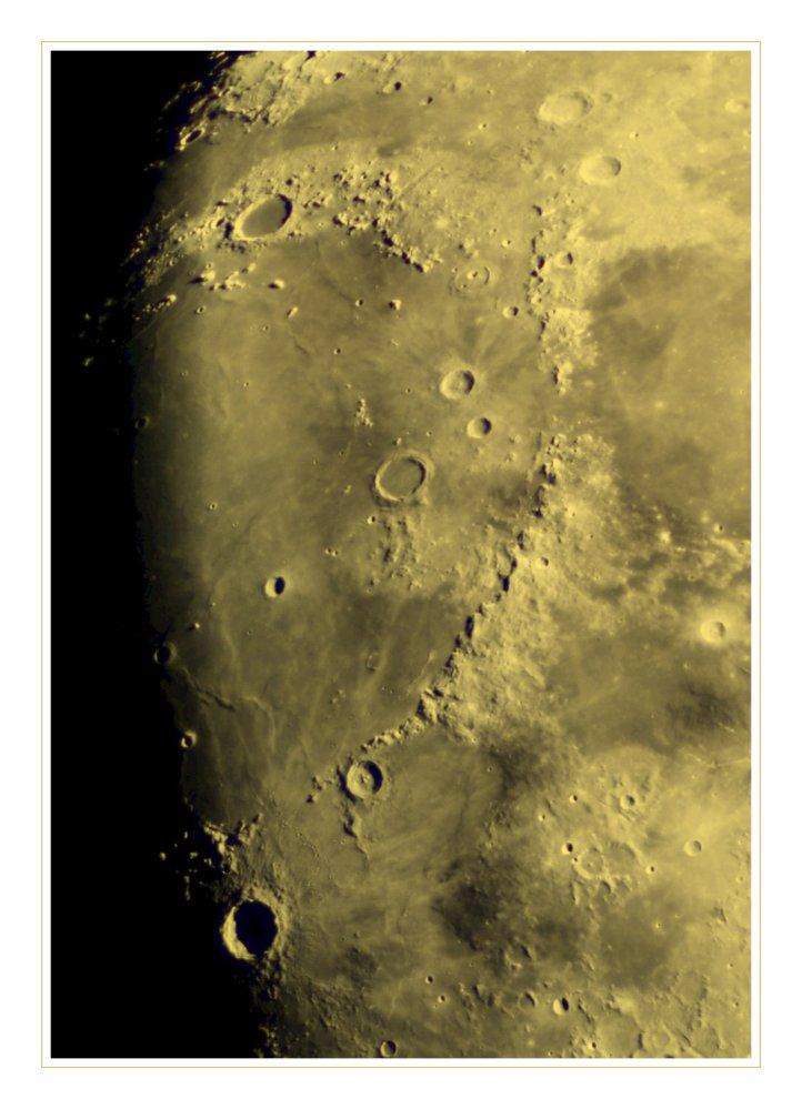 Am Mond oben links :)