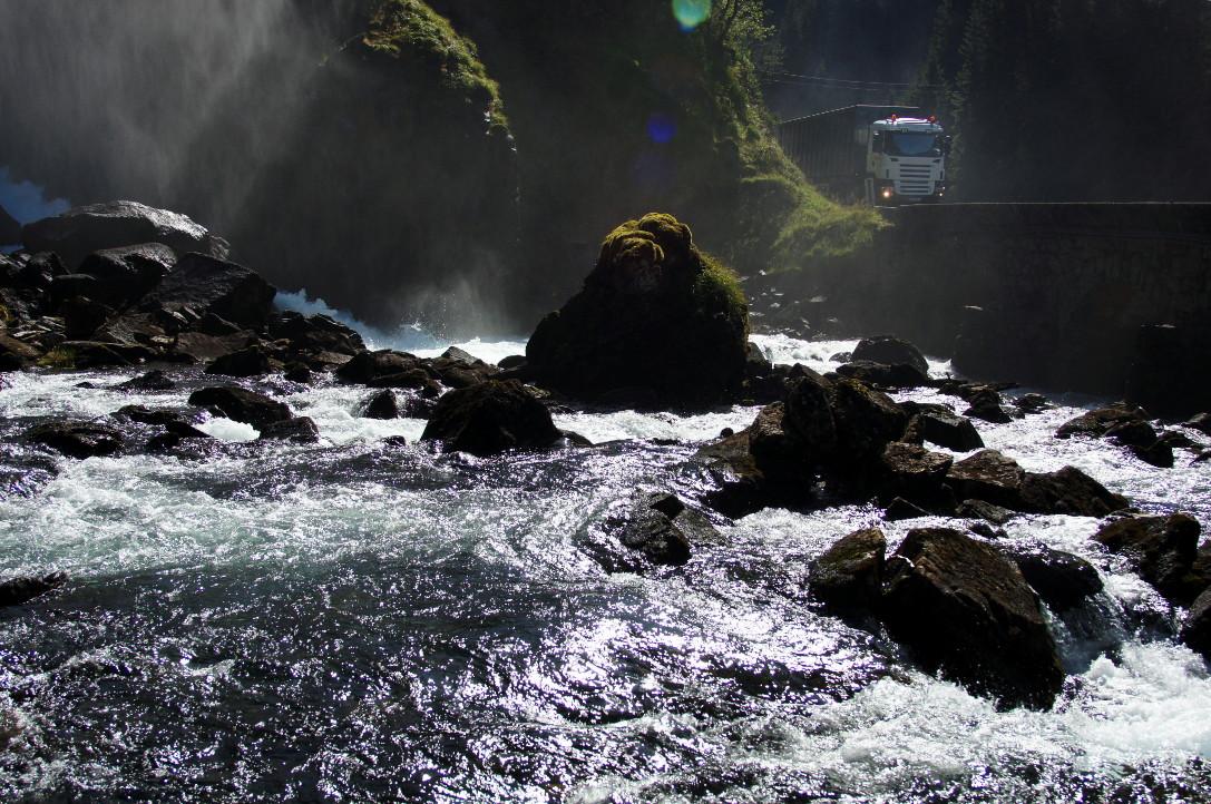 Am rauschenden Wasserfall .......