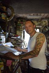 Am Schreibpult in der alten Schmiede