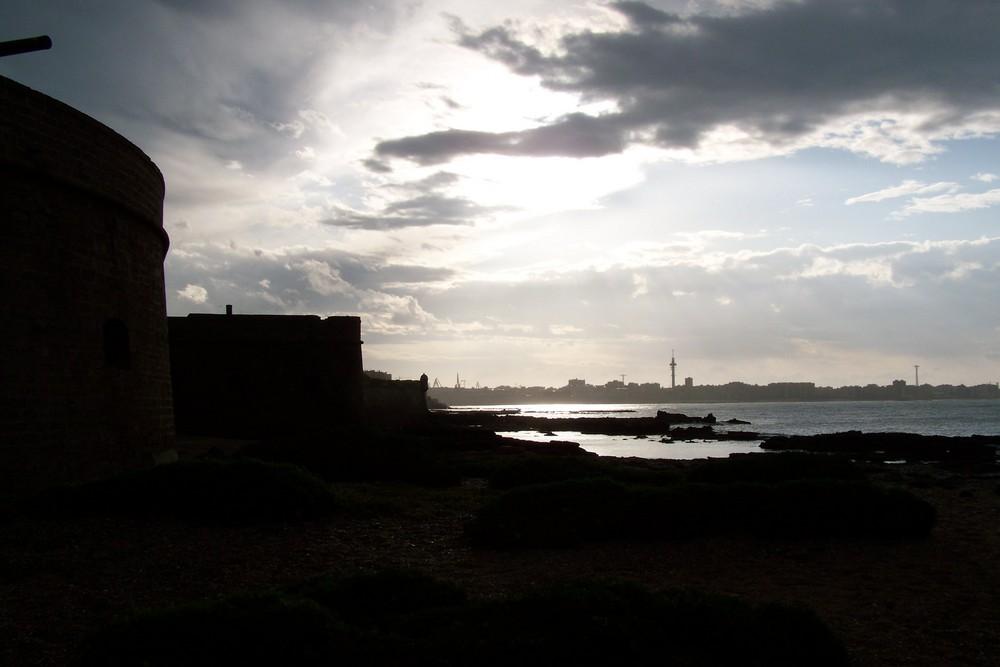 Amanecer tras el castillo (Cádiz)