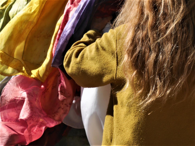 Ambiance à Lamalou-les-Bains, étalage de foulards en soie