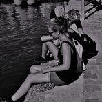 Ambiance de détente, près du bassin de la Villette à Paris