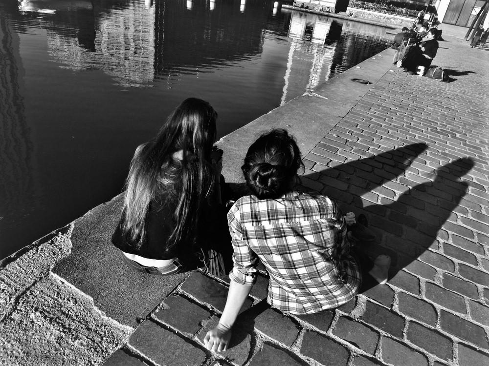 Ambiance estivale sur le quai du bassin de la Villette à Paris