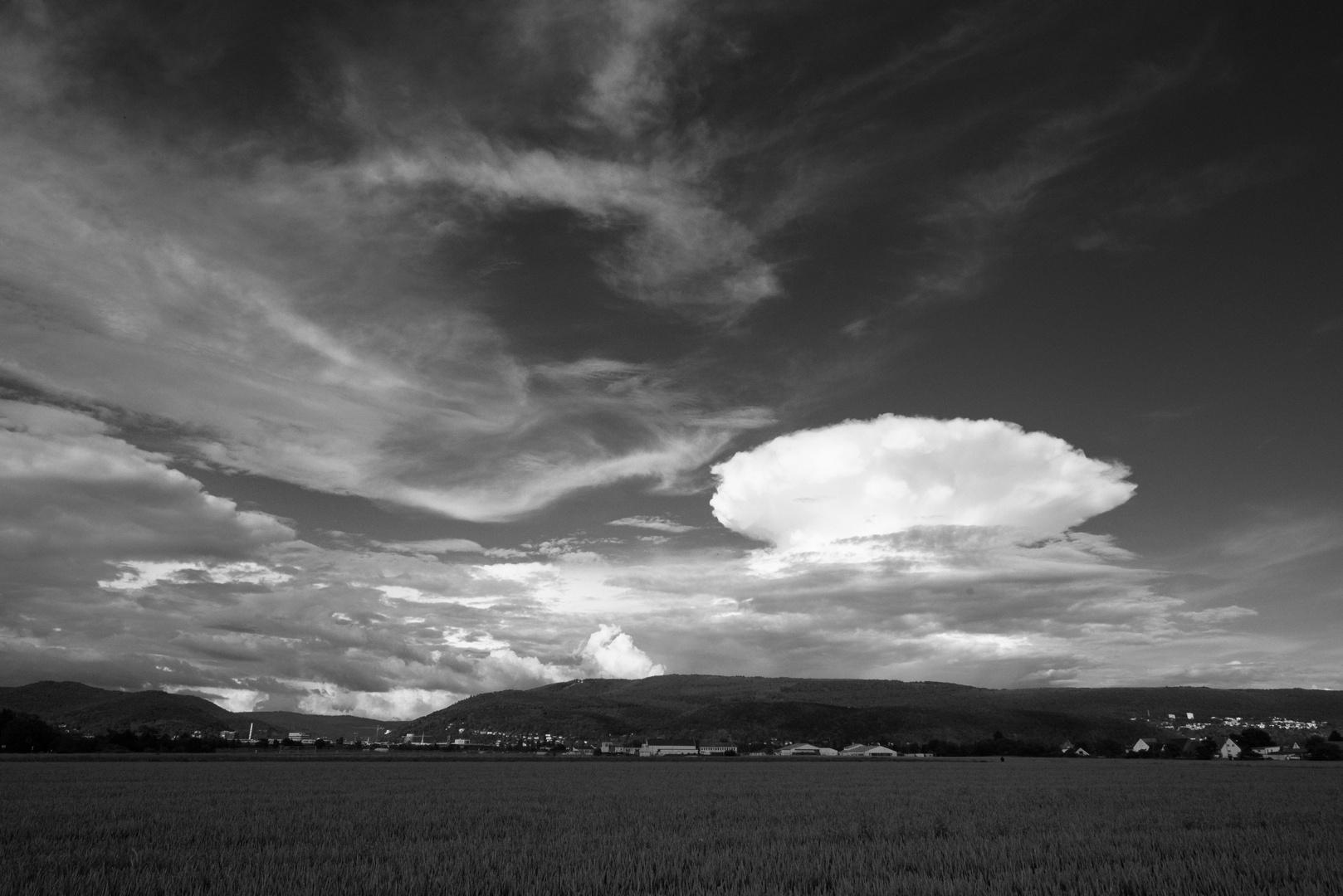 Ambosswolken bei Heidelberg über dem kleinen Odenwald
