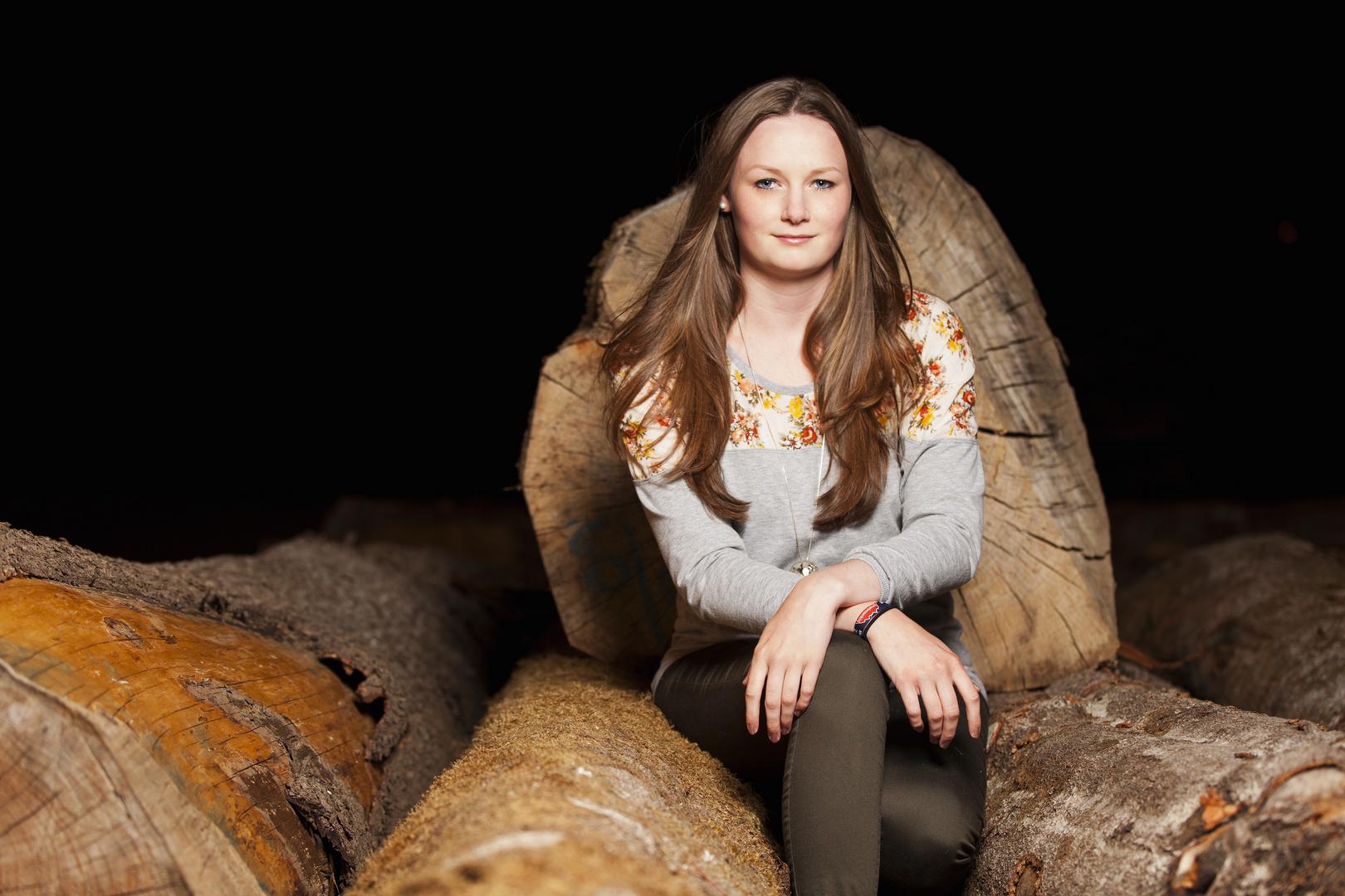 Amelie auf dem Holzstapel