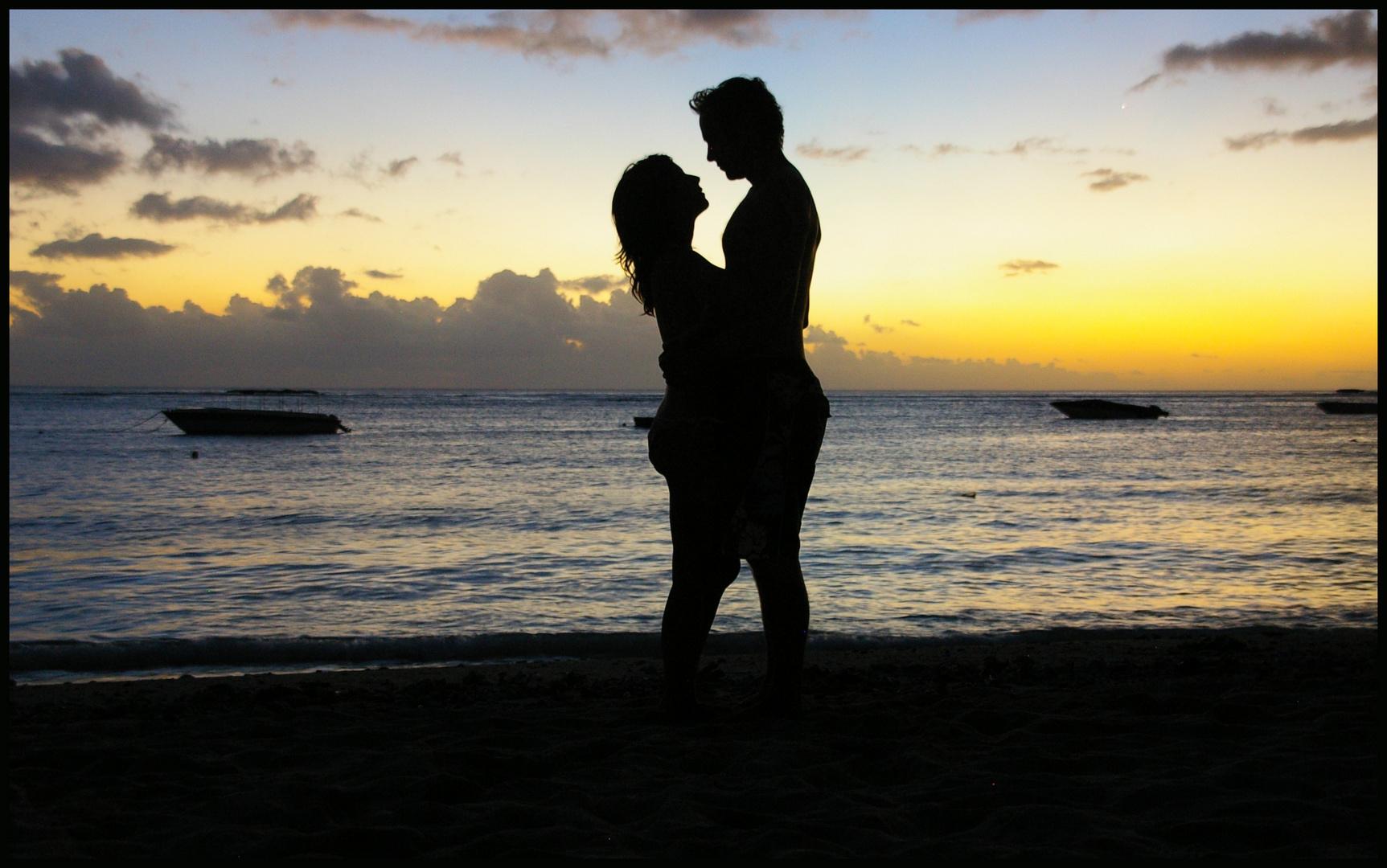 Amoureux et couché de soleil sur l'Ile Maurice.