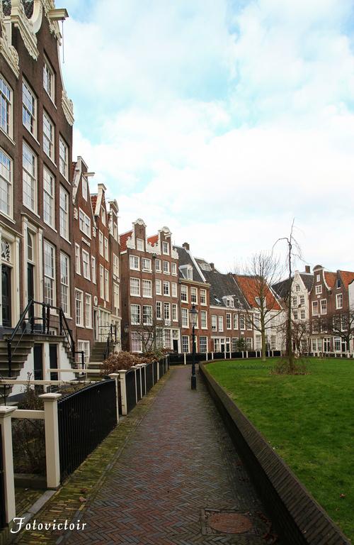 Amsterdam Begijnhof www,fotovictoir.nl