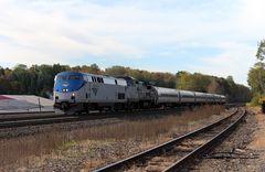 Amtrak AMTK#99 GE P42, AMTK#514 GE 8-32BHW passieren mit 6 Personenwagen Cresson, PA, USA