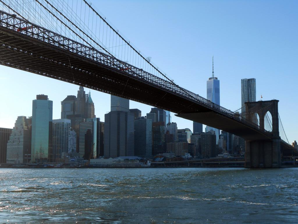 an der Brooklyn Bridge mit Blick auf die Skyline von Manhattan (tagsüber)