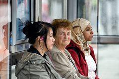 an der bushaltestelle sind alle gleich