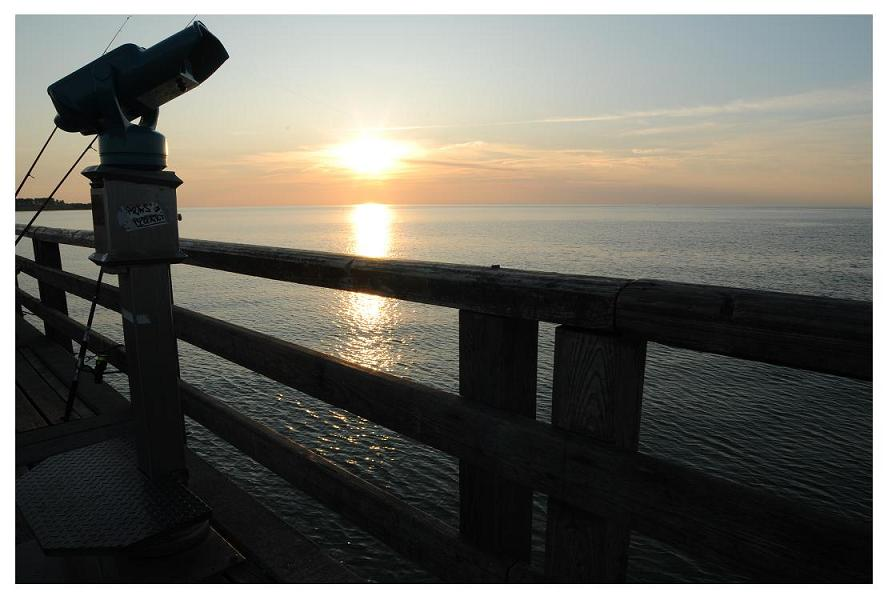 An der Seebrücke geht die Sonne unter