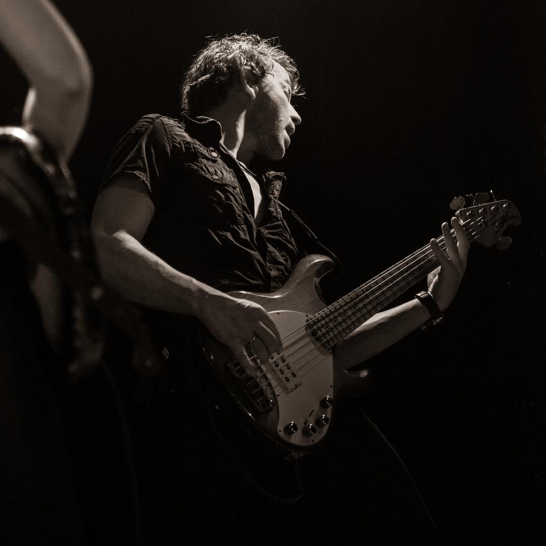 Ana popovic 3 bzw. der Bassist