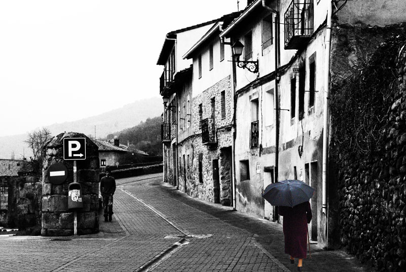 Anciana con paraguas.
