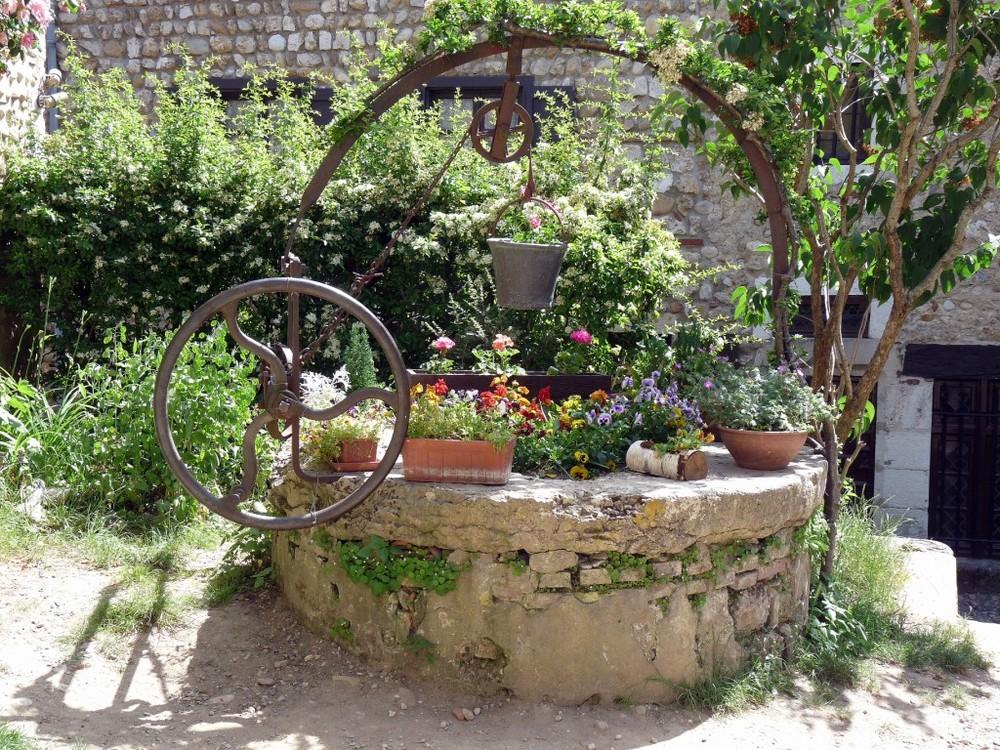 Ancien puits à Pérouges (Ain)