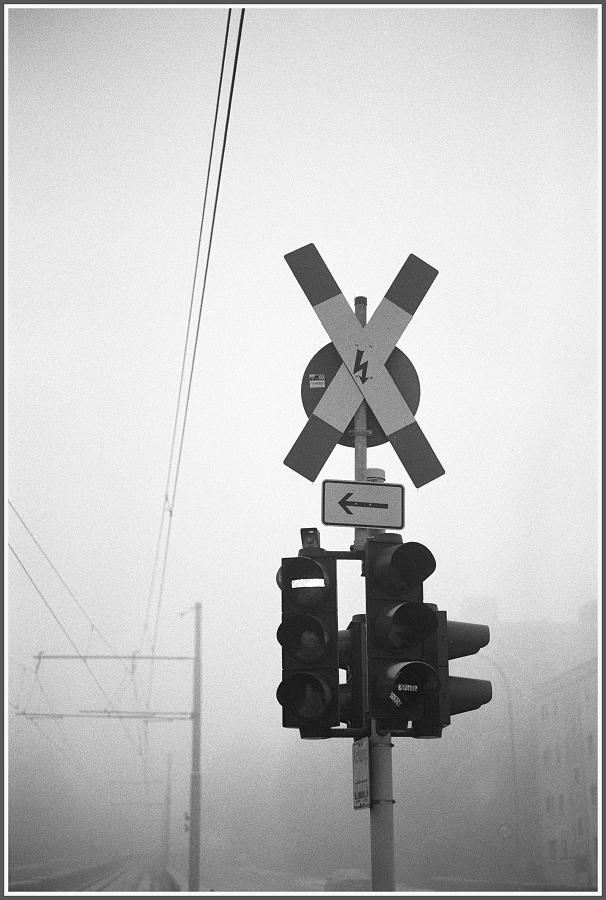 Andreaskreuz im Nebel