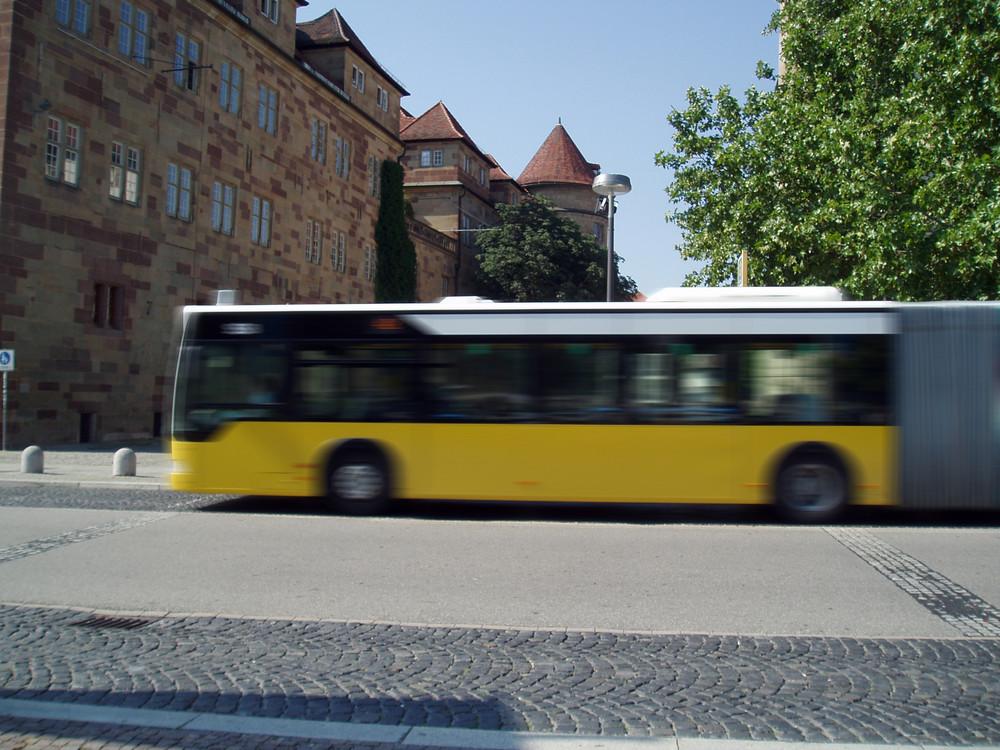 anfahrender Bus