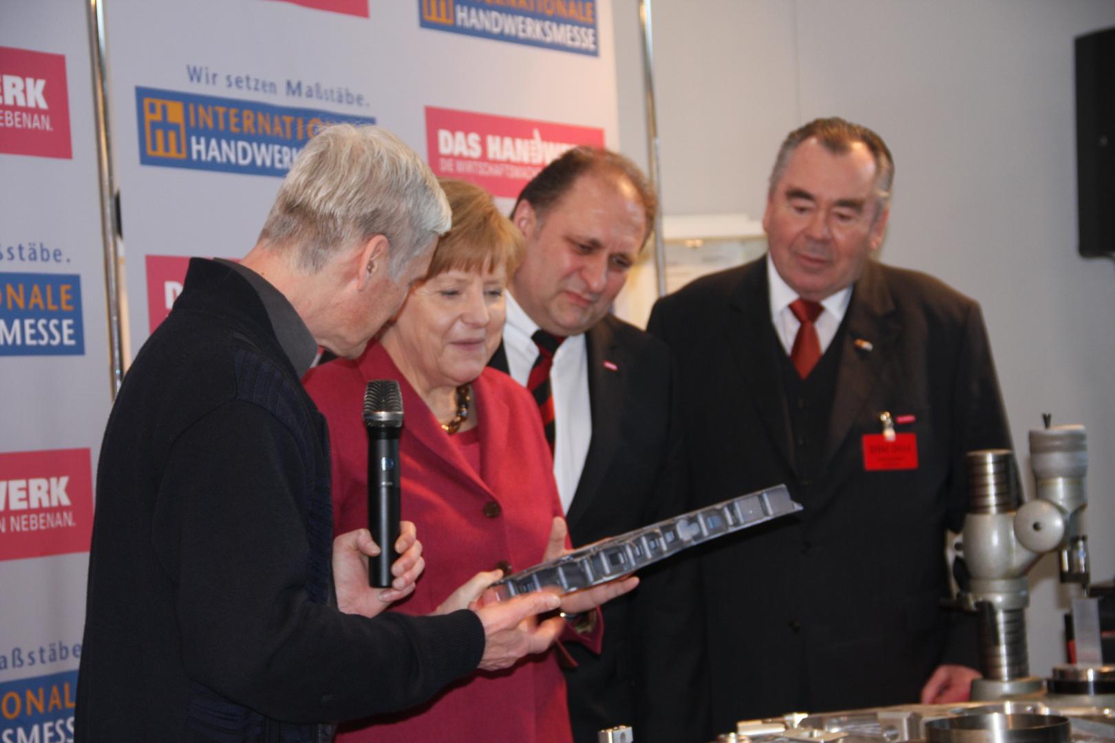 Angela Merkel besucht einen Stand auf der internationalen Handwerksmesse 14.3.2014 München