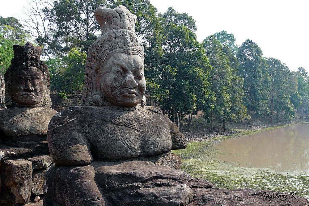 Angkor-Wat -Götterfiguren am Tempel