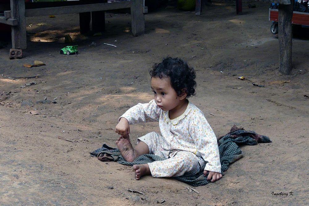 Angkor-Wat - Kind in der Tempelumgebung