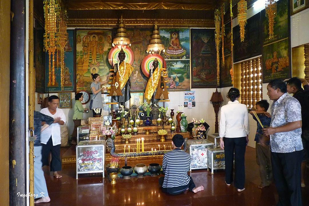 Angkor Watt   -  Altar mit Gläubigen