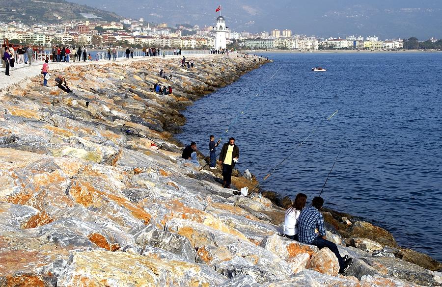 Angler an der Hafenmole von Alanya