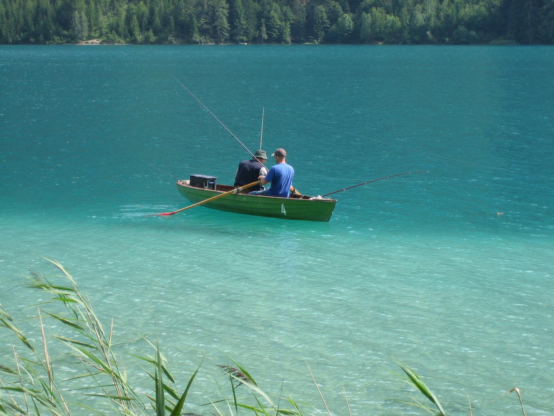 Angler im Ruderboot auf dem Weissensee
