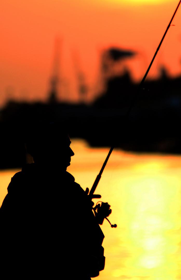 Angler in Hafen City mit Blick auf Containerhafen