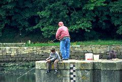 Angler in Hafen von Douarnenez