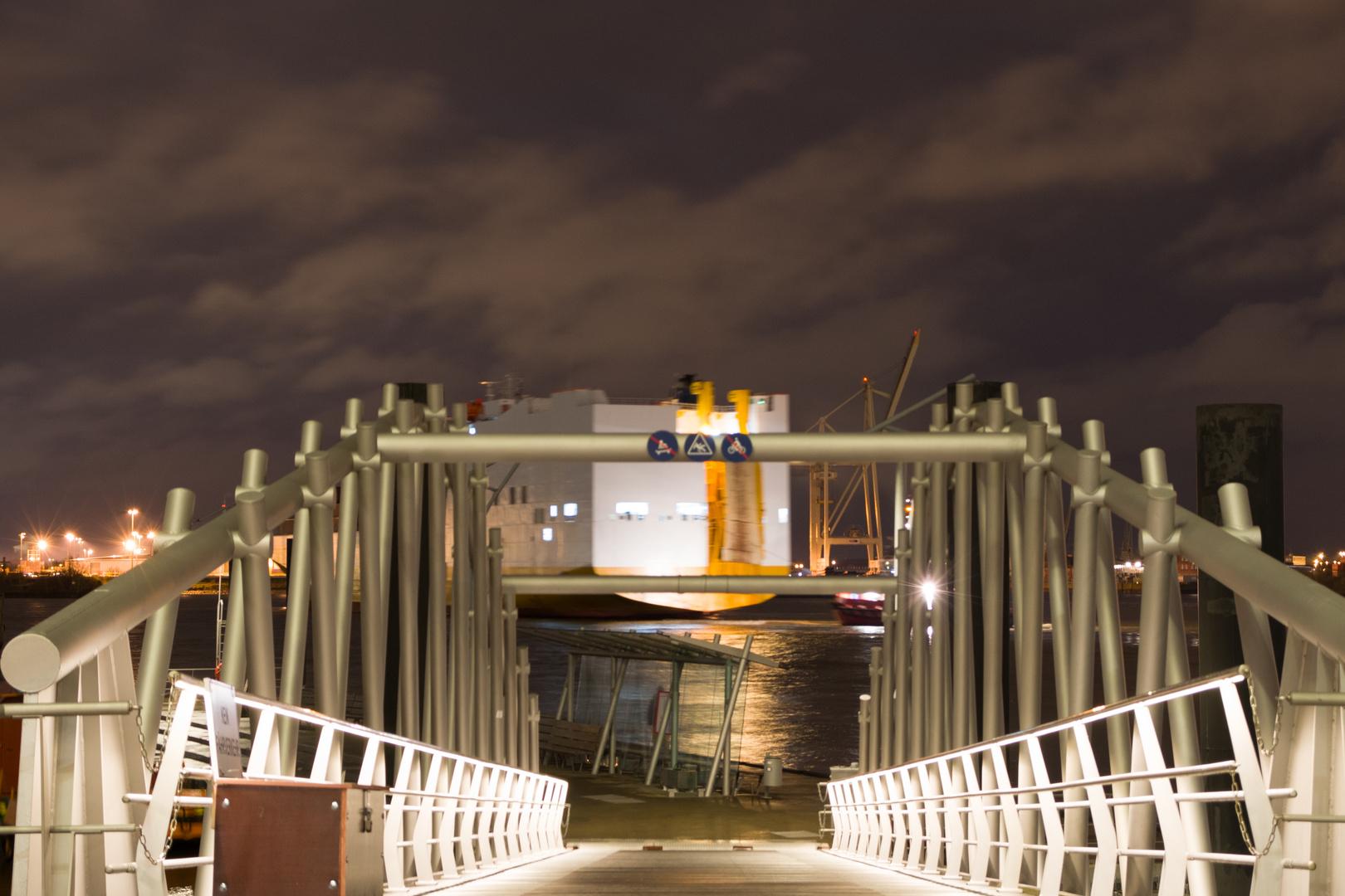 Anleger Elbphilharmonie mit Containerschiff