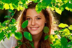 Anna hinter Blättern
