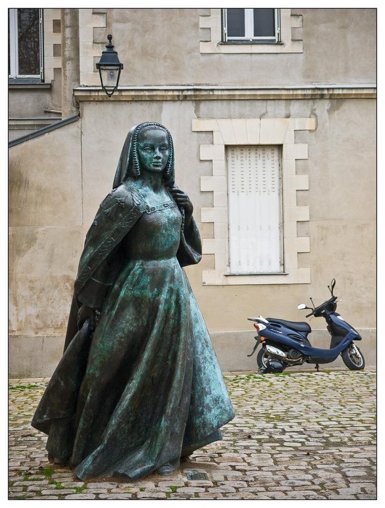 Anne de Bretagne et son scooter