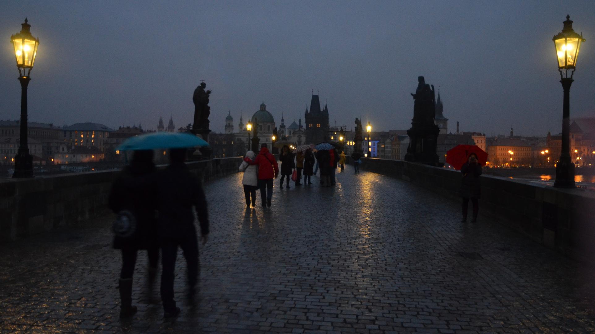 Anochece bajo la lluvia